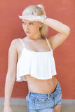 Привлекательная предназначенная для подростков девушка представляя в солнце Стоковая Фотография