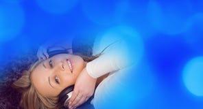 Привлекательная предпосылка музыки девушки Стоковые Изображения RF