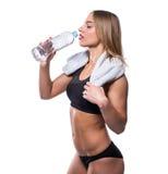 Привлекательная сексуальная женщина после того как разминка при полотенце и шейкер изолированные над белой предпосылкой Здоровая  Стоковое фото RF