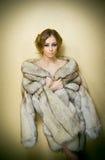 Привлекательная сексуальная молодая женщина нося меховую шыбу представляя провокационно крытое Портрет чувственной женщины с твор Стоковые Фото