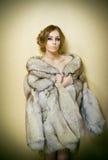 Привлекательная сексуальная молодая женщина нося меховую шыбу представляя провокационно крытое Портрет чувственной женщины с твор Стоковая Фотография RF