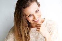 Привлекательная середина постарела женщина усмехаясь против белой предпосылки Стоковое фото RF