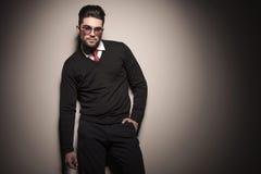 Привлекательная склонность бизнесмена на серой стене Стоковые Фотографии RF