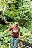 Привлекательная старшая женщина среди тропических заводов Каникулы tropics Остров Бали стоковое фото