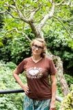 Привлекательная старшая женщина среди тропических заводов Каникулы tropics Остров Бали стоковые фото