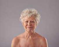 Привлекательная старшая женщина с ей глаза закрыла в мысли стоковые изображения rf