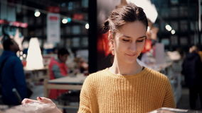 Привлекательная счастливая молодая женщина выбирает на венке рождества магазина оформление для домашнего интерьера Стоковое фото RF