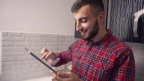 Привлекательная таблетка пользы молодого человека в кухне акции видеоматериалы