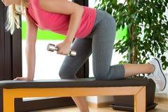 Привлекательная тренировка молодой женщины в спортзале с гантелями Стоковая Фотография RF