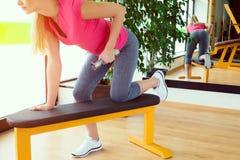Привлекательная тренировка молодой женщины в спортзале с гантелями Стоковое Изображение RF