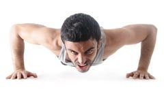 Привлекательная тренировка человека спорта нажимает вверх тренировку изолированную на белой предпосылке Стоковые Фотографии RF