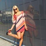 привлекательная ультрамодная девушка Стоковая Фотография RF