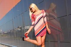 привлекательная ультрамодная девушка стоковые фотографии rf