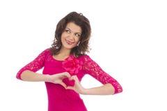 Привлекательная форма молодой женщины сердца сформировала руками Стоковые Фотографии RF