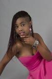 Привлекательная чернокожая женщина в розовом платье вечера Стоковые Изображения