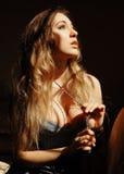 Привлекательная чувственная молодая женщина с длинными белокурыми волосами Стоковое Изображение