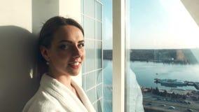 Привлекательная femaledressing мантия в гостинице сток-видео