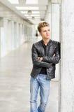 Привлекательное белокурое снаружи молодого человека стоящее Стоковая Фотография RF