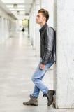 Привлекательное белокурое снаружи молодого человека стоящее Стоковые Изображения RF
