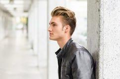 Привлекательное белокурое снаружи молодого человека стоящее Стоковые Фотографии RF