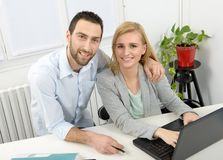 Привлекательное дело человека и женщины используя портативный компьютер Стоковые Изображения RF