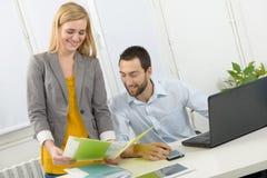 Привлекательное дело человека и женщины на офисе Стоковое Фото