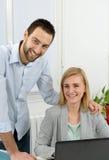 Привлекательное дело человека и женщины на офисе Стоковое Изображение RF