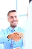 Привлекательное дело человека и женщины объединяется в команду трясущ руки Стоковые Фотографии RF