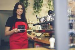 Привлекательное женское предприниматель barista коммерсантки caffe бара Стоковые Изображения
