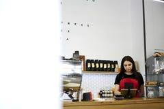 Привлекательное женское предприниматель barista коммерсантки caffe бара Стоковое фото RF