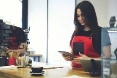 Привлекательное женское предприниматель barista коммерсантки caffe бара Стоковые Фото