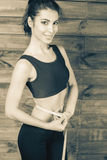 Привлекательное измерение девушки талия, сантиметры связывает тесьмой стоковая фотография rf