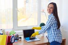 Привлекательное припудривание девушки с малой клавиатурой веника Стоковое фото RF