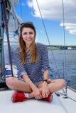 Привлекательное плавание девушки на яхте, в летнем дне Стоковая Фотография