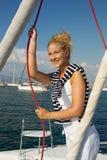 Привлекательное плавание девушки на яхте на летний день стоковое фото rf