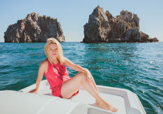 Привлекательное плавание девушки на яхте Стоковые Изображения