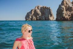 Привлекательное плавание девушки на яхте Стоковые Фотографии RF