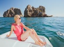 Привлекательное плавание девушки на яхте Стоковое Фото
