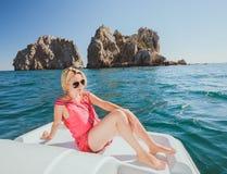 Привлекательное плавание девушки на яхте Стоковое Изображение