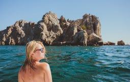Привлекательное плавание девушки на яхте Стоковая Фотография