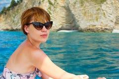Привлекательное плавание девушки на яхте field вал Стоковое Фото
