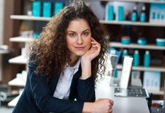Привлекательное работник службы рисепшн женщины стоковое изображение rf