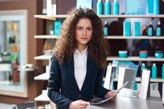 Привлекательное работник службы рисепшн женщины стоковая фотография