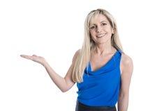 Привлекательной женщина постаретая серединой с o изолированным ладонью стоковая фотография