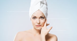 привлекательной изолированная девушкой белизна полотенца Курорт, здоровье и концепция здравоохранения Стоковые Изображения RF