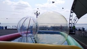Привлекательность с прозрачными шариками стоковые фото