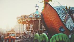 привлекательность carousel и корабля ярмарочной площади 2-этажа винтажная видеоматериал