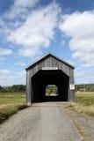 Привлекательно старомодный крытый мост Стоковые Изображения RF