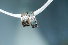 2 привлекательно старомодный обручального кольца на ленте Стоковое Изображение