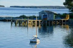 Привлекательно старомодный рыбацкий поселок в Мейне Стоковые Фото
